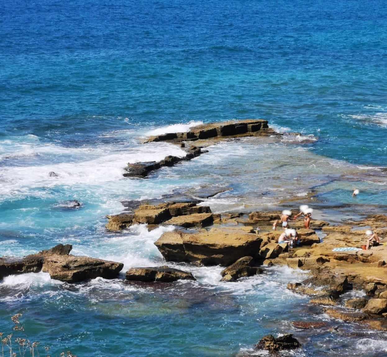 Puig de Ros - Felssteinplatten im Meer
